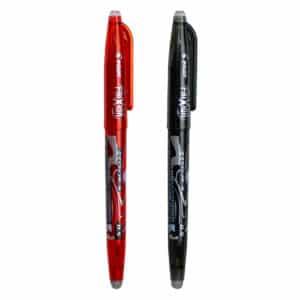 To Frixion-kulepenner med lokk ved siden av hverandre, en i rød farve og en i svart farve, med en hvit bakgrunn