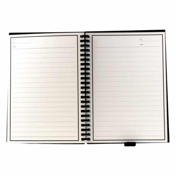 Gjenbrukbar linjert kladdebok, boken er på bildet åpnet og man kan tydelig se linjene på arket samt et elastisk bånd nederst der man kan påfeste en kulepenn, i bokens marg er det spiraler som kan åpnes