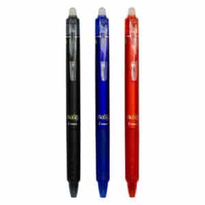 Tre frixion klikkekulepenner med blekkkulestørrelse 0,5mm i farvene svart, blå og rød ved siden av hverandre på en hvit bakgrunn