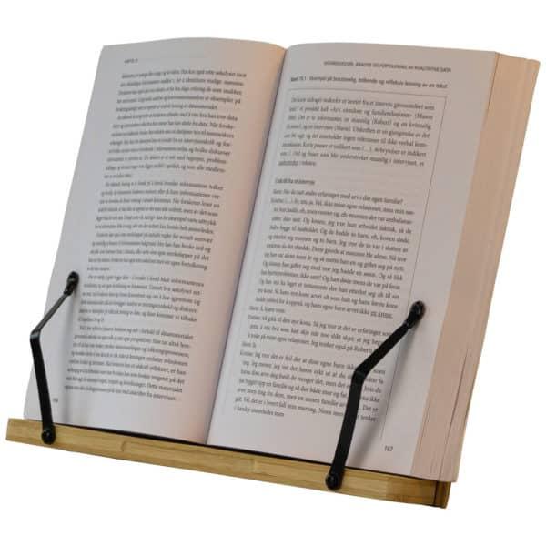Stående bokstativ med en åpen bok som hviler på bokstativet, skolekroken bokstativ
