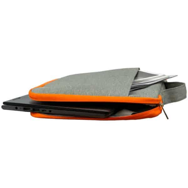 Liggende PC-bag fra skolekroken i gråmelert og oransje som er åpen med en utstikkende laptop og et magasin fra frontlommen