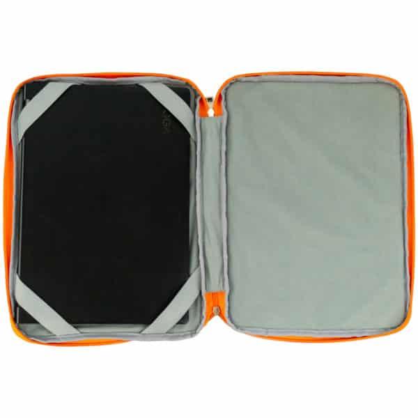 Åpnet PC-bag fra skolekroken som viser en laptop som er fastspent med elastiske stropper